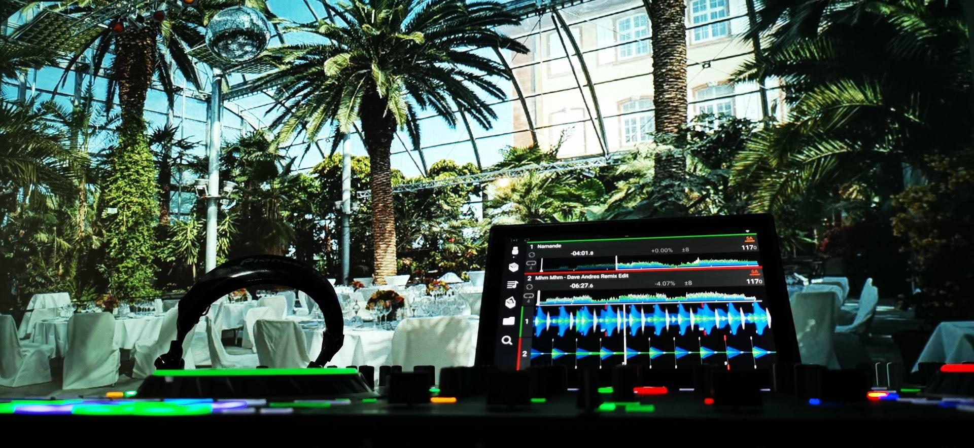 """DJ Setup minimal in die offene Lokation integriert - keine """"fette"""" Boxen in den Raum pltziert."""