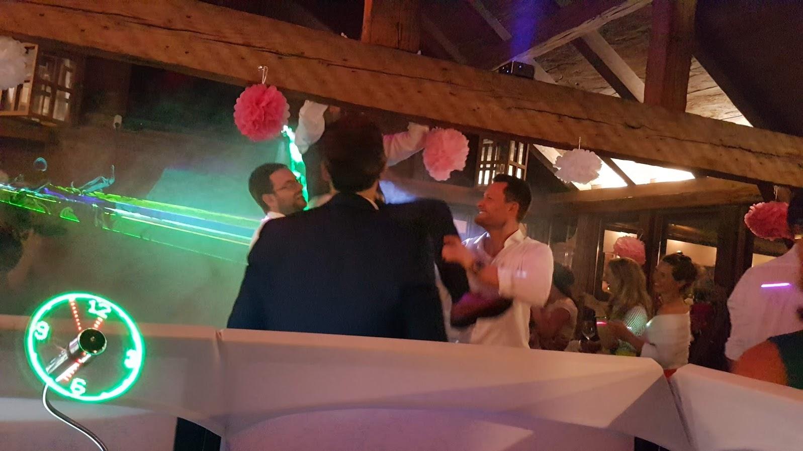 Partystimmung zur Hochzeit in der Schuhbauer Tenne