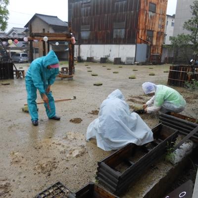 7月13日 あいにくの雨の中植え付けを行いました。