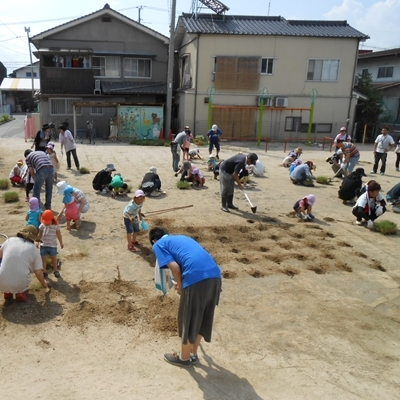 7月13日 園庭が固いのでつるはしも使いました。