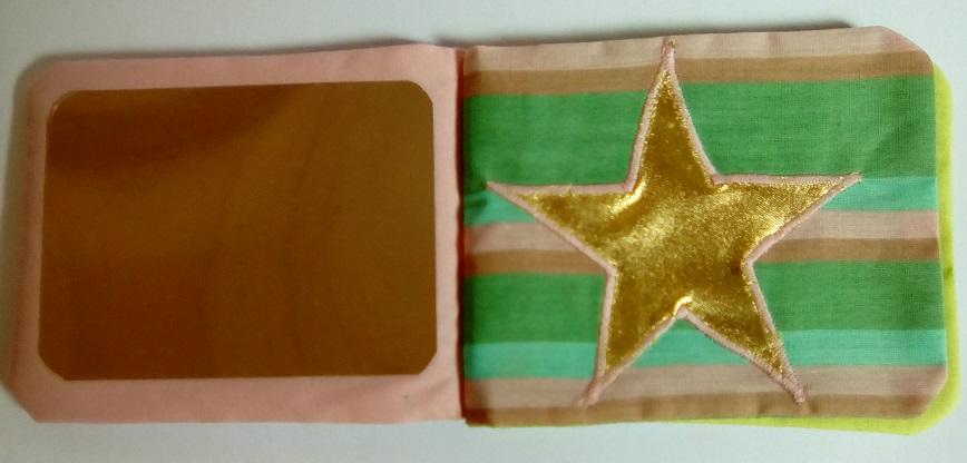 Page de droite du livre bébé miniature : un miroir - Page de gauche : une étoile scintille