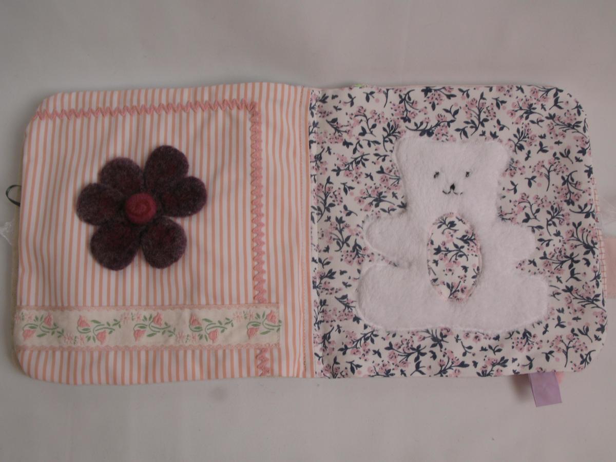 Page du livre bébé créée à partir d'une fleur en laine bouillie tombée d'un manteau.