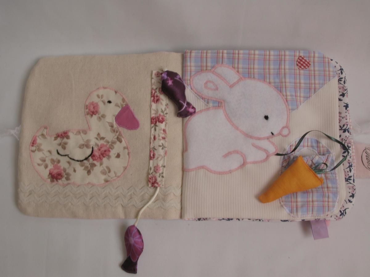 Sur ces pages du livre bébé canard et lapin se côtoient pour s'amuser ensemble