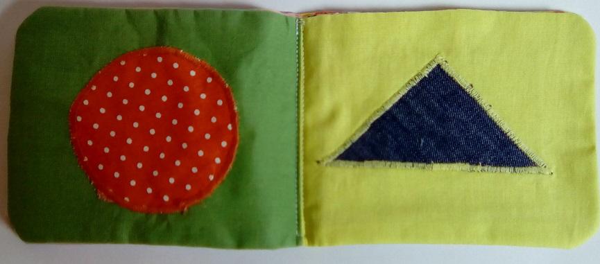 Page de droite du livre bébé miniature : un cercle - Page de gauche : un triangle