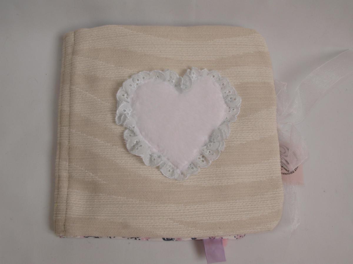 Page de garde du livre bébé avec un petit coeur en peluche toute douce issue d'un pyjama de bébé