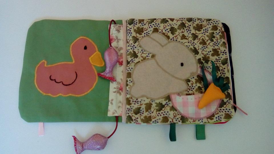 Deux pages du livre bébé avec canard et lapin