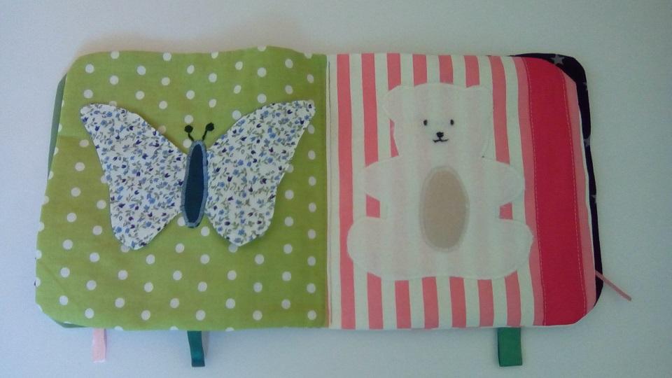 Page de gauche du livre bébé : un papillon dont les ailes font du bruit et sur l' autre : un nounours en polaire