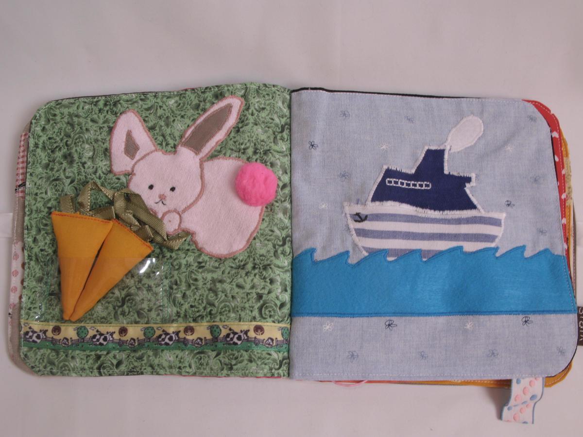 Page gauche du livre bébé : les carottes sont amovibles pour que bébé puisse les mettre dans le panier.