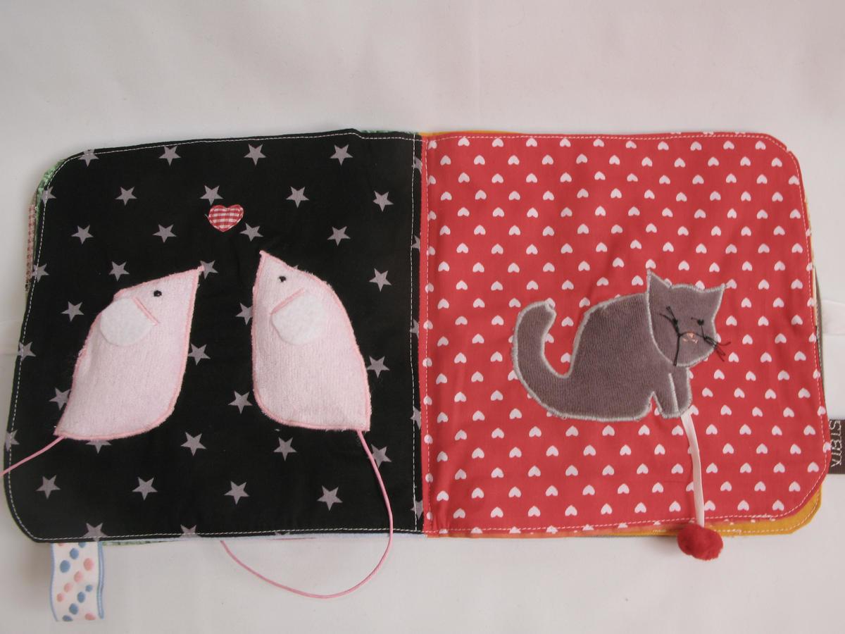 Page gauche du livre bébé : dans le ventre des petites souris se cache un bruitage couineur