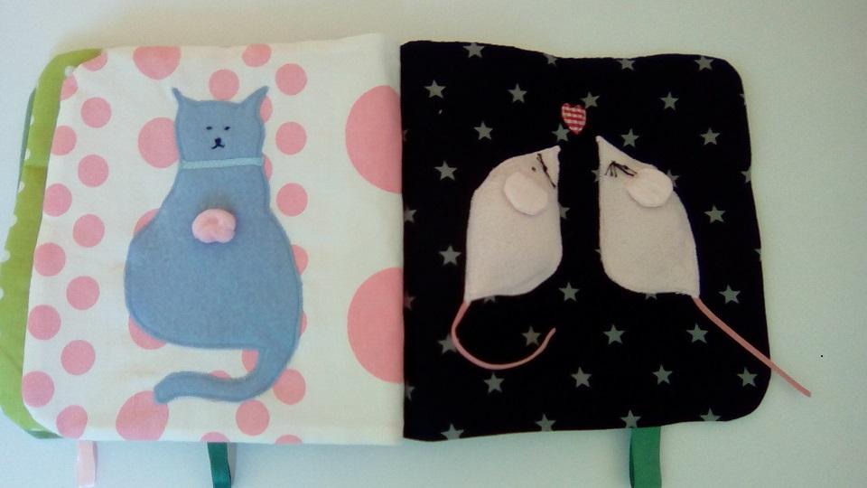 Page droite du livre bébé le chat bleu surveille les souris de la page de droite