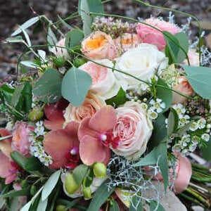 Brautstrauß rund gebunden in Roséfarben und mit Eukalyptusblättern