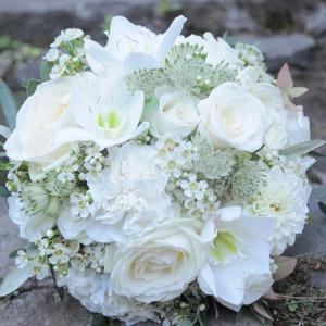 Brautstrauß rund gebunden mit Weißen Blumen