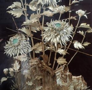 Weiß-Grau-Grüne Blumen auf schwarzem Baumwollstoff gestickt