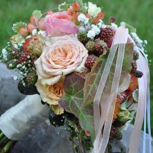 Brautstrauß rund gebunden mit Blumen und Beeren in Rosé-Brombeerfarben