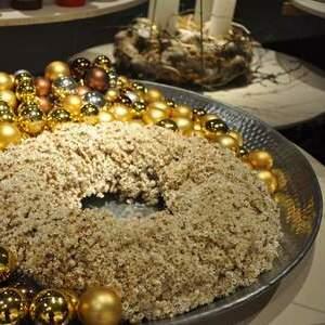 Dekokranz in Schale mit Glixiablüten und goldenen Weihnachstkugeln