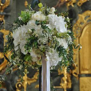 Altarstrauß rund mit weißen Blüten