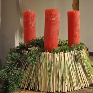 Ratan, Kiefernadeln und -zweige, rot durchgefärbte Kerzen