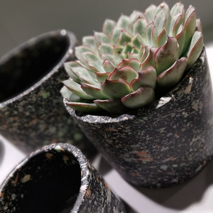 Terrazzoähnliche Keramik in anthrazit-bunt-farbig