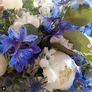 Brautstrauss mit weissen und blaumen Blumen