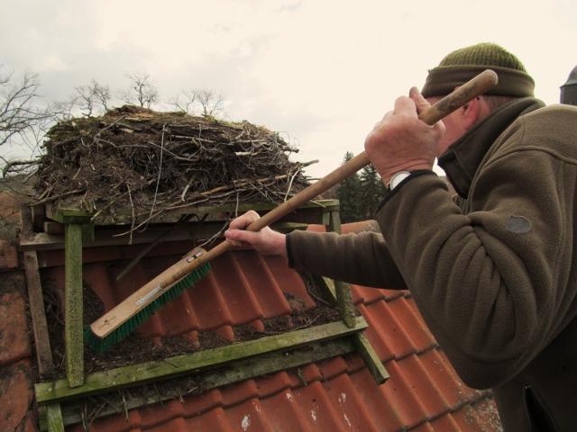 Auch Dachreinigungsarbeiten gehören zur Nesteraktion