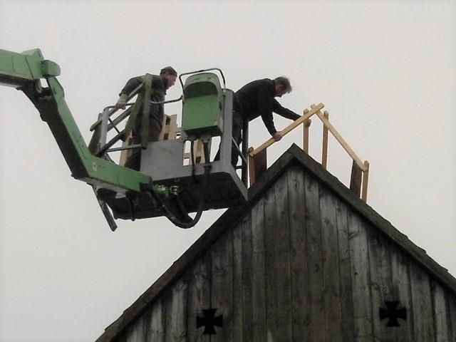 Ein neues Holzgestell (ein sogenannter Dachreiter) wird hier auf ein Scheunendach aufgesetzt