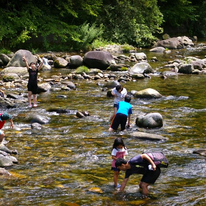 キャンプ場横に流れる清流秋神川