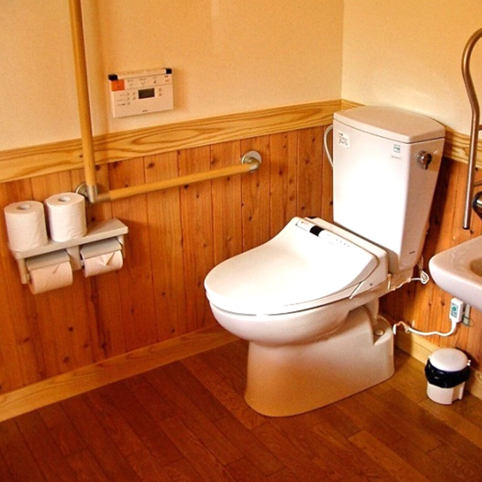 車いすの方でも安心な広めのトイレ