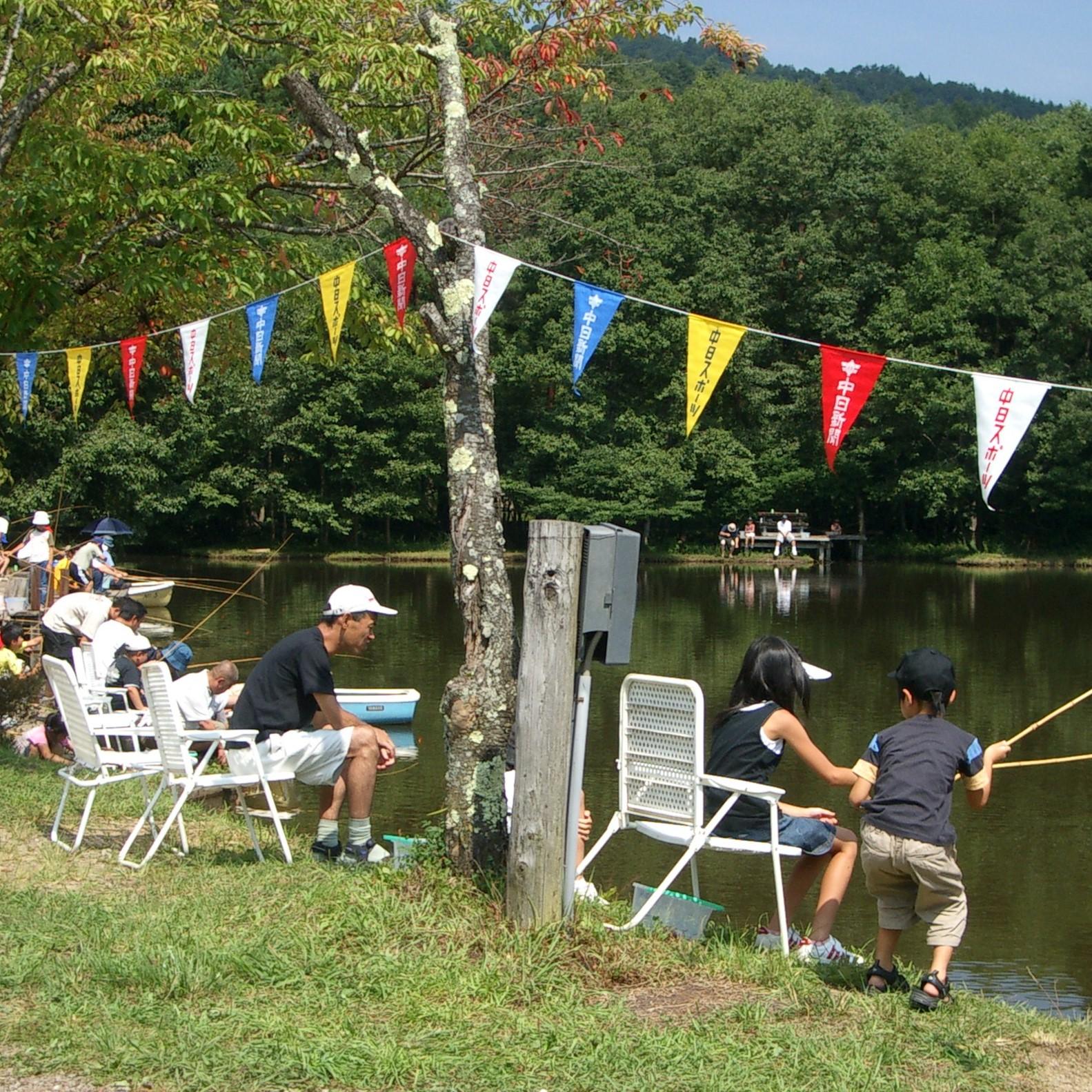 美女ケ池で釣りが楽しめ、コイやフナが釣れます