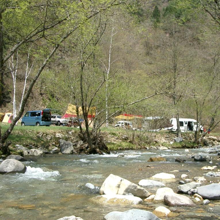 川のすぐ近くでキャンプができる!
