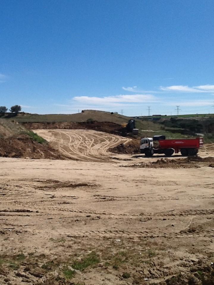 Excavadoras y camiones en acción