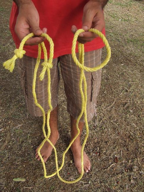 pliez la corde en deux par son milieu et gardez les extrémités dans chaque main