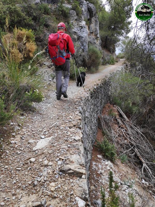 Hermosos senderos de mampostería durante la subida