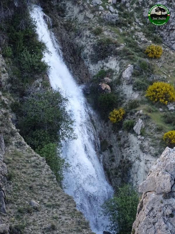 Parte del río Castril en cascada, desde la acequia o canalización.