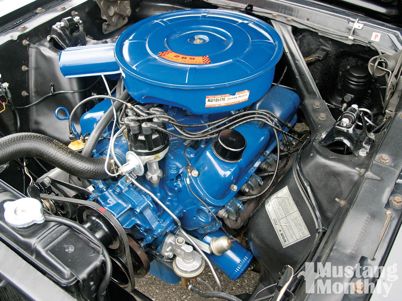 Statt dem Gold vom 64½ Modell kommt ab dem 65er Modell das typische Ford-Blau zum Einsatz.
