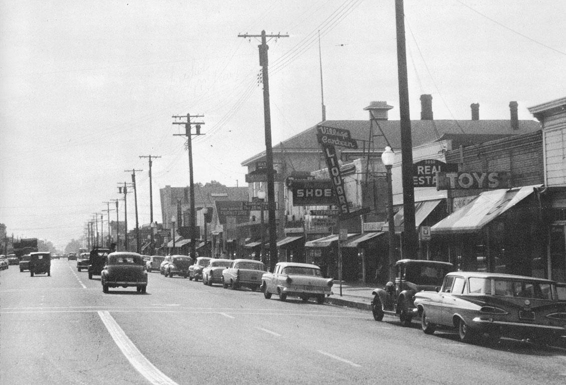 Auf den US-Straßen Anfang der 60er waren große Straßenkreuzer die Regel. Etwas neues, kompaktes musste her! (Bild: John B. Cahoon)