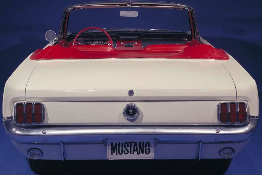 Die typischen 3 Kammer Rücklichter sind bis heute ein Markenzeichen des Mustang (Bild: Ford)