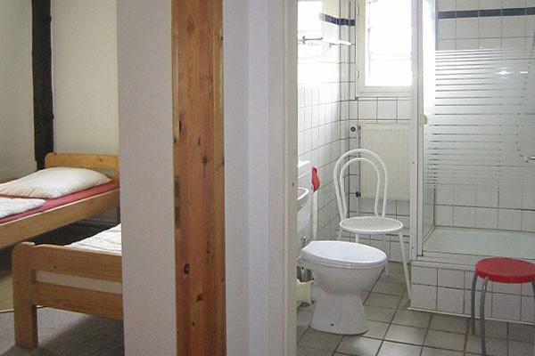 Bad und 2-Bett-Zimmer