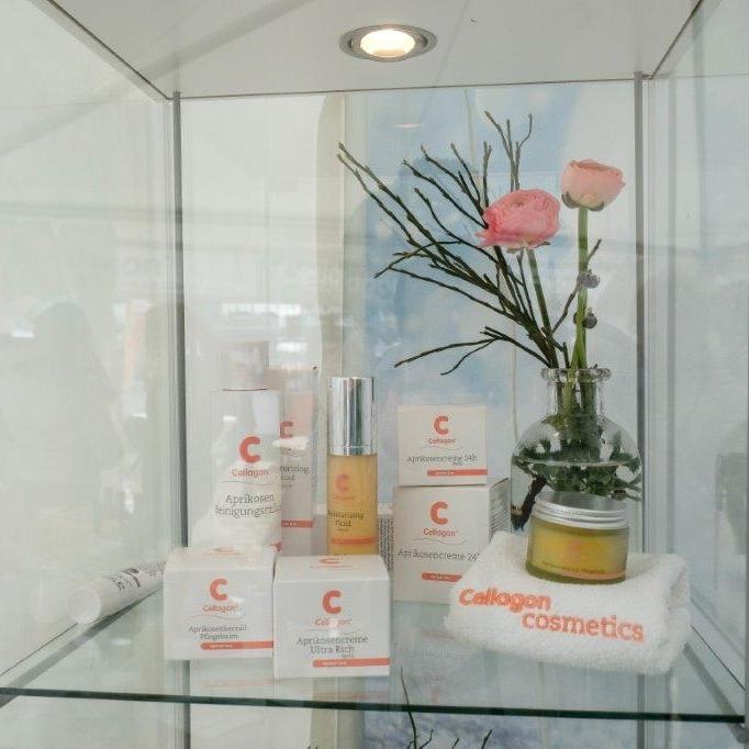 Basierend auf dem erlesenen Wirkstoff des Aprikosenkernöls und mit einem hoen Gehalt an Vitamin E, B-Vitaminen und essentiellen Fettsäuren eignet sich die Cellagon Cosmetics Apricot Line optimal für die Pflege der Haut.