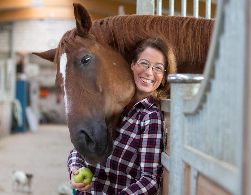 Cellagon-Geschäftsführerin Frauke Berner ist nicht nur beruflich, sondern auch privat ein (tier-) und naturverbundener Mensch.     Foto: Pepe Lange