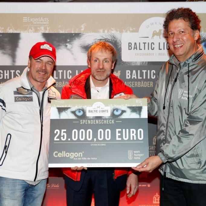 v.l.n.r.: Till Demtrøder (Schauspieler, Geschäftsführer ExperiArts Entertainment), Frank Pöhls (Geschäftsführer Cellagon) und Michael Hofmann (Leitung Marketing Welhungerhilfe) bei der Übergabe des Spendenschecks über 25.000€ beim Baltic Lights 2017.