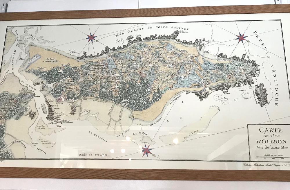 Carte de l'isle d'Oléron, 1761 Reproduction d'une carte ancienne sur vélin Cadre en chêne Dimensions extérieures : 57 x 107 cm Prix de l'affiche (50 x 100 cm) : 37,50€ Prix du cadre gael 30 chêne : 103 € L'ensemble : 140,50€