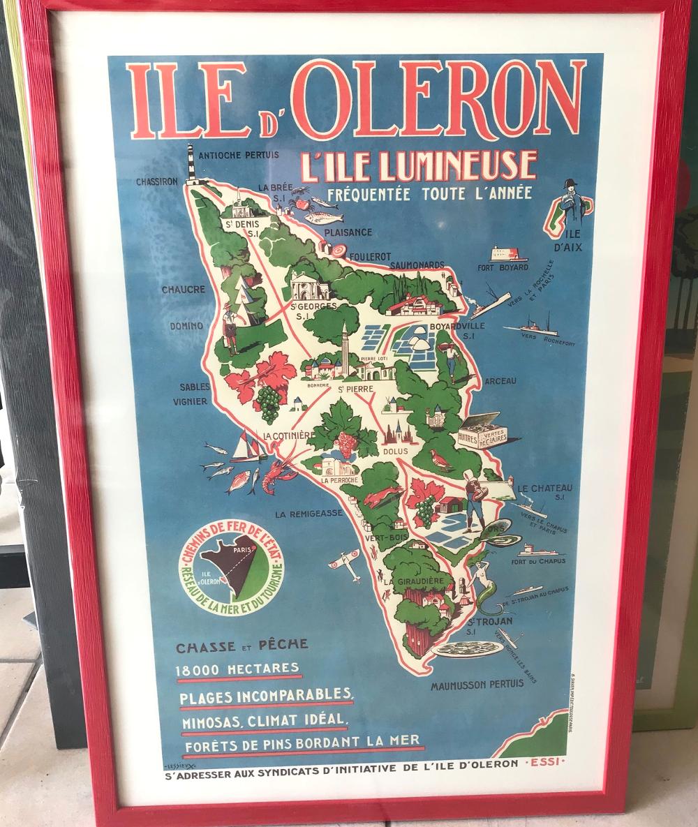 """""""Carte touristique de l'île d'Oléron"""", Louis Lessieux - 1936 Reproduction imprimée sur papier vélin Dimensions extérieures : 42 x 62 cm Prix de l'affiche : 18€ Prix du cadre gael 20 rouge : 30,50€ L'ensemble : 48,50€"""