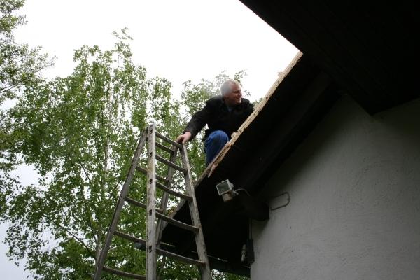 Manuel beim Dachdecken