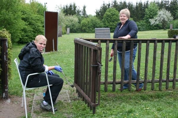 Janina und Elke beim Zaunstreichen
