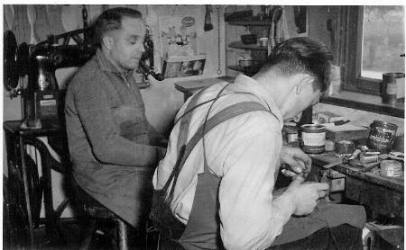 Opa Herbert und ein Geselle bei der Arbeit
