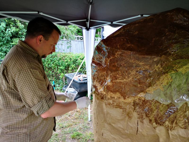 Der Felsen bekommt eine Schutzschicht