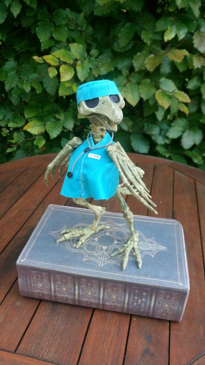 Ein kleiner Arztkittel und Dr. Spooky ist bereit für seine Patienten