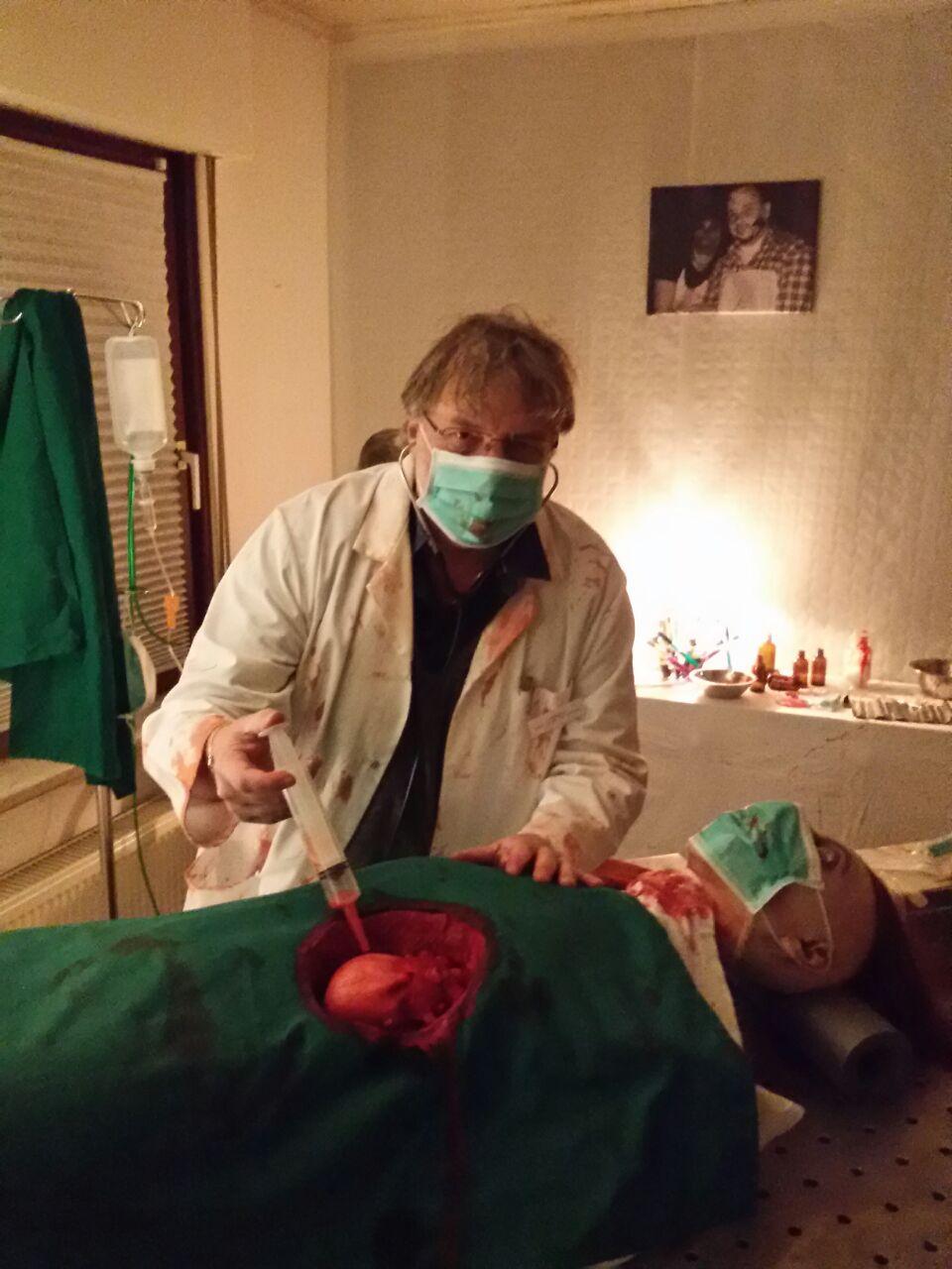 Türsteher Bert versucht sich auch mal als Arzt