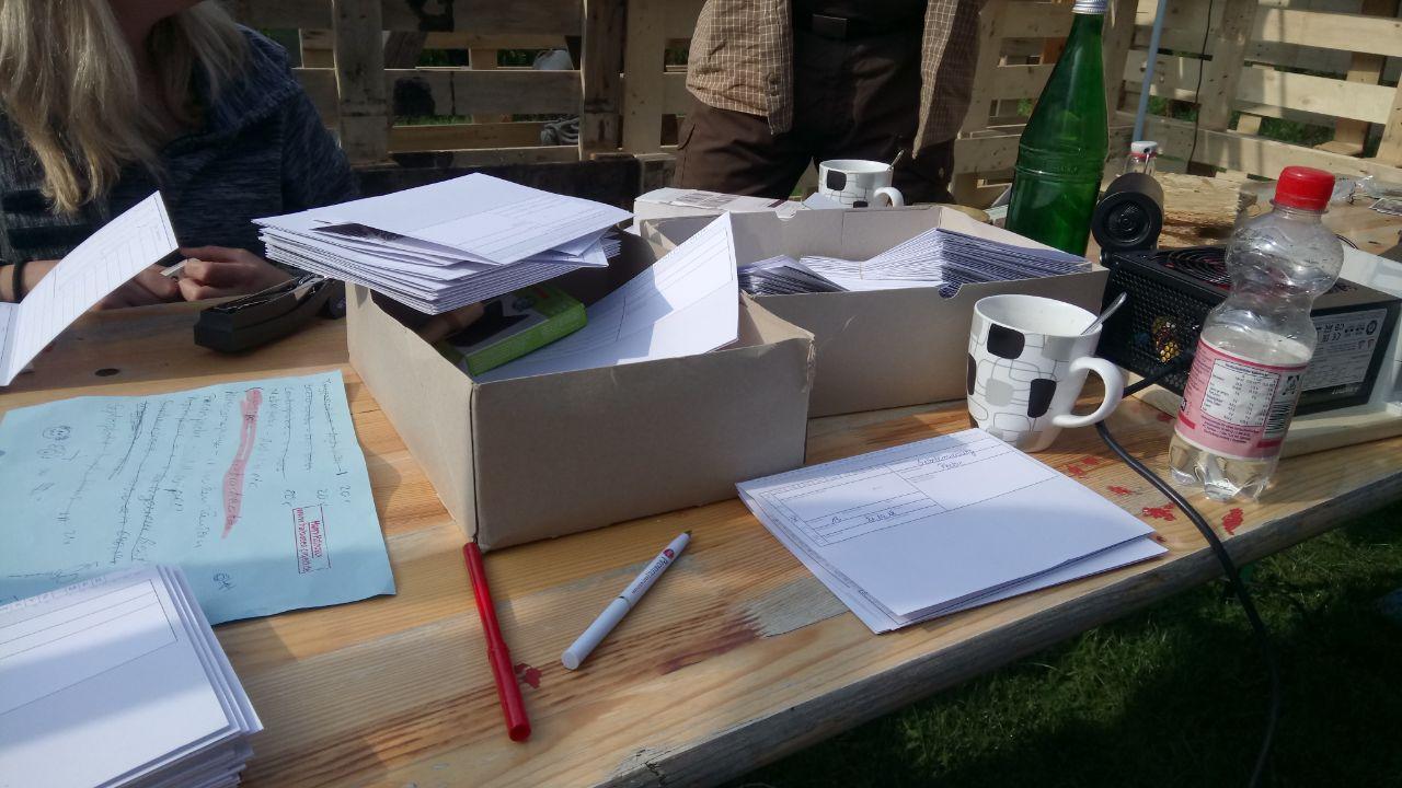 Bei schönem Wetter werden draußen die Patientenkarten geschrieben...