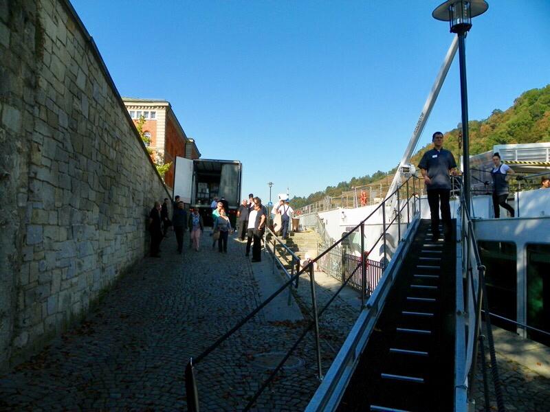 Nachschub - während die Passagiere Passau genießen